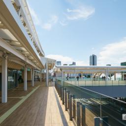 Exterior view of STARBUCKS COFFEE Takanawa Gateway Station (スターバックスコーヒー高輪ゲートウェイ駅)