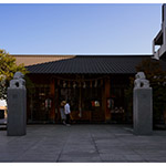 The facade of Akagi Shrine, Park Court Kagurazaka (赤城神社、パークコート神楽坂)
